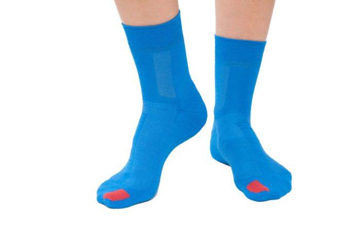 plus12socks Socken blau an Erwachsenen Füssen Vorderansicht