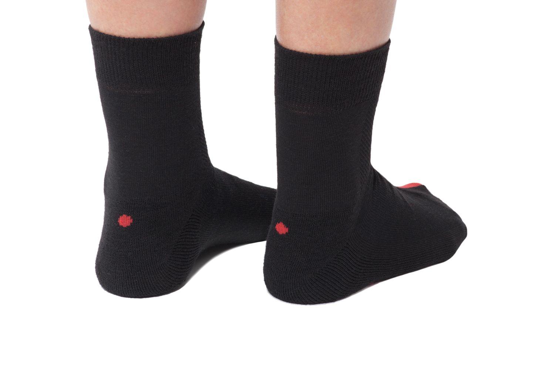 plus12socks Socken schwarz an Erwachsenen Füssen Hinteransicht