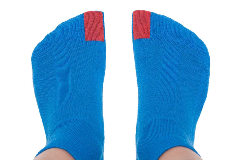 plus12socks Socken blau an Kinderfüssen Ansicht von oben