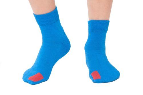 plus12socks Socken blau an Kinderfüssen Vorderansicht