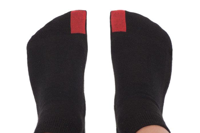 plus12socks Socken schwarz an Kinderfüssen Ansicht von oben