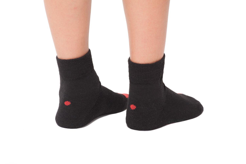 plus12socks Socken schwarz an Kinderfüssen Hinteransicht